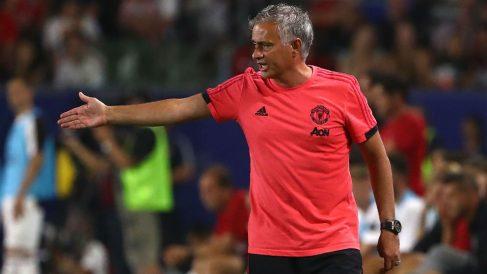 José Mourinho da órdenes en la banda. (AFP)