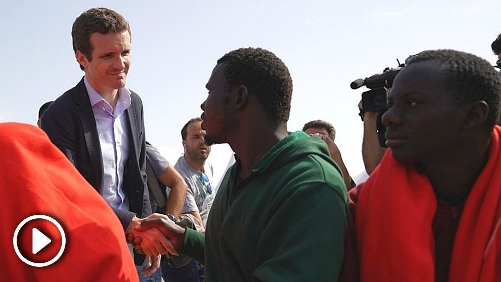 Pablo Casado, en Algeciras, saludando a los inmigrantes recién salidos de un buque de Salvamento Marítimo. (EP)