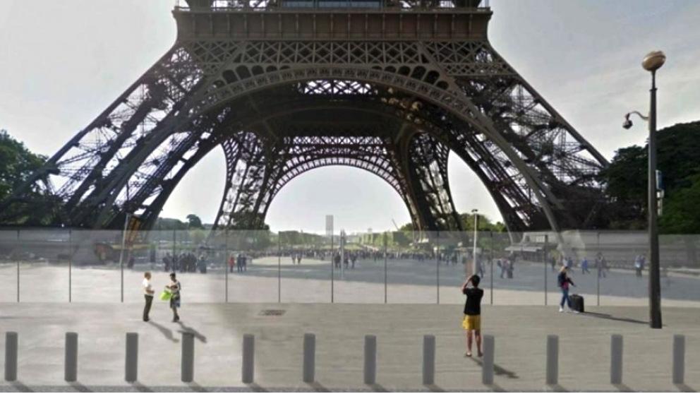 Los alrededores de la Torre Eiffel desiertos.