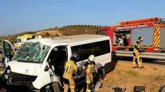 Bomberos y ambulancia atienden una ccidente de una furgoneta fuera de vía. (EP)
