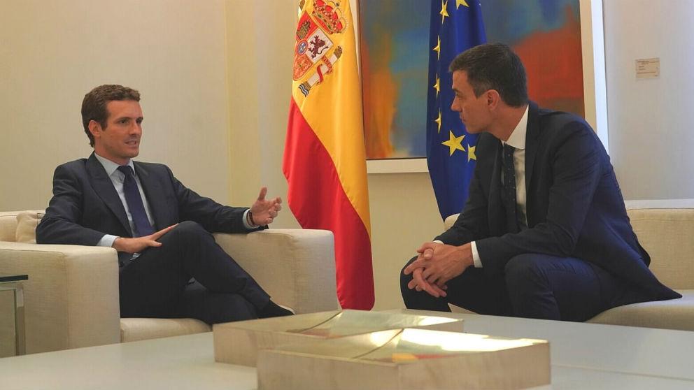 Pedro Sánchez (d) y Pablo Casado reunidos en el Palacio de La Moncloa. (Foto: @pablocasado_ )