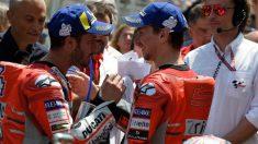 Jorge Lorenzo y Andrea Dovizioso hablan tras una carrera de MotoGP. (AFP)