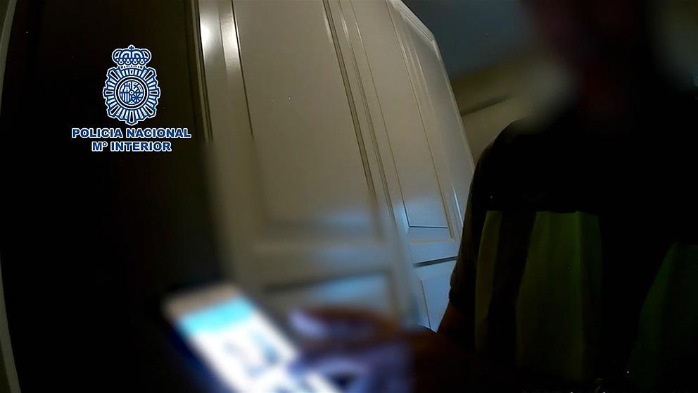 Un agente de la Policía Nacional durante la investigación. (EP)