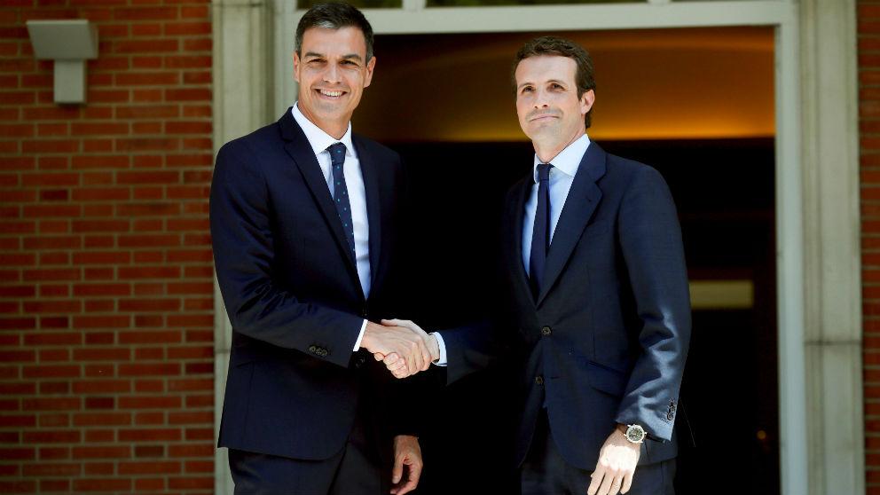 El presidente del Gobierno, Pedro Sánchez, y el líder del PP, Pablo Casado, en su primera reunión en La Moncloa. (Foto: EFE)