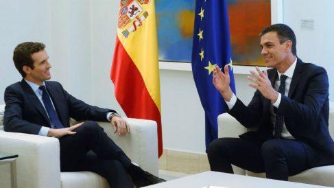 Pedro Sánchez y Pablo Casado ayer en su primera reunión en La Moncloa. (Foto: EFE)
