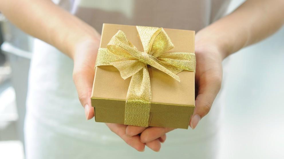 Viral el peculiar regalo de un niño al repartidor del paquete que espera