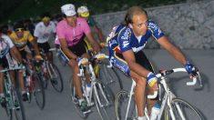 Armand de las Cuevas tira de Miguel Indurain en el Giro de 1992.