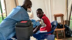 Un sanitario vacuna del ébola a un habitante de República Democrática del Congo. Foto: Europa Press