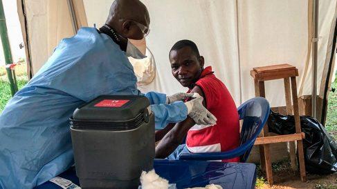 Un sanitario vacuna del ébola a un habitande de RDCongo. Foto: Europa Press