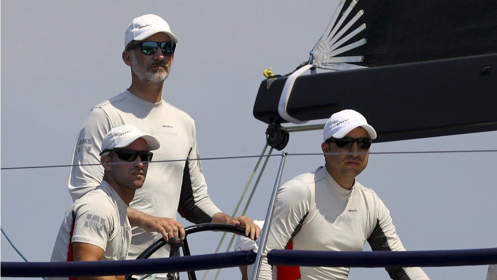 Felipe VI, al timón del 'Aifos' en las regatas de la Copa del Rey de vela, en la bahía de Palma. (EFE)