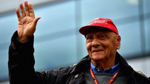 Niki Lauda saluda a los aficionados durante un GP de Fórmula 1. (Getty)
