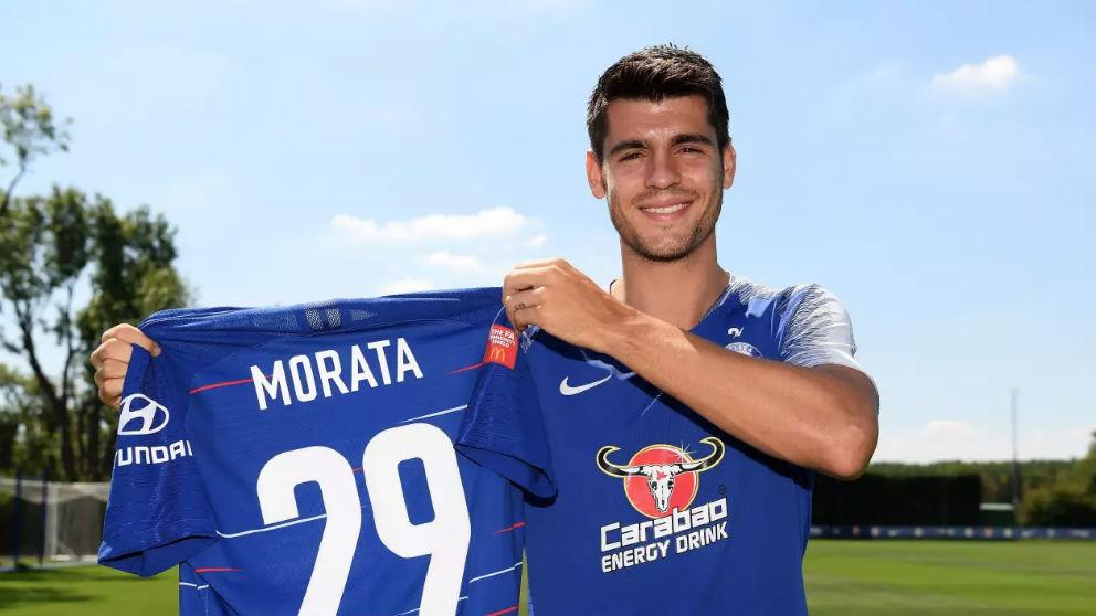 Morata posa con su nuevo número. (Chelsea)