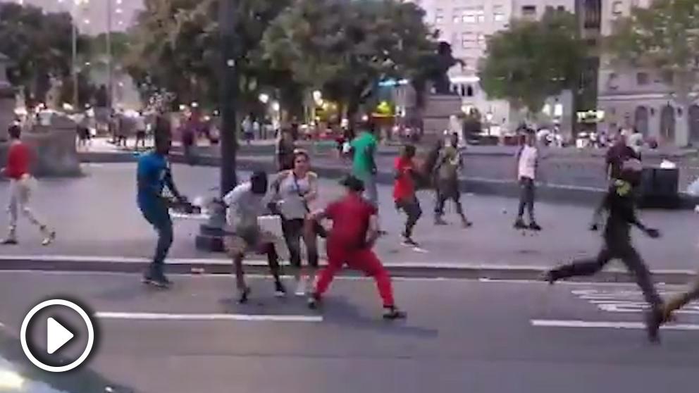 Un grupo de manteros agrede a un turista en la Plaza de Cataluña de Barcelona