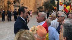 Bauzá charla con el general Fulgencio Coll, este viernes ante el Palacio de la Almudaina.