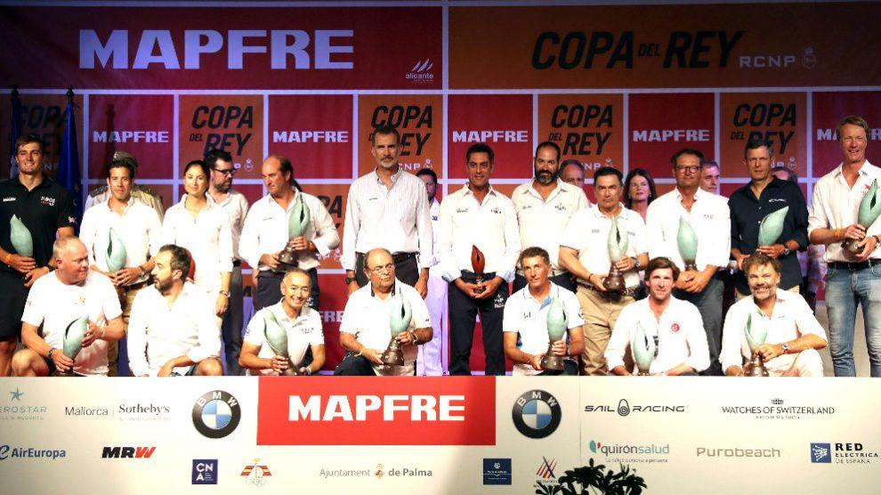 El Rey posa con los galardonados en la Copa del Rey de vela (Foto: EFE).