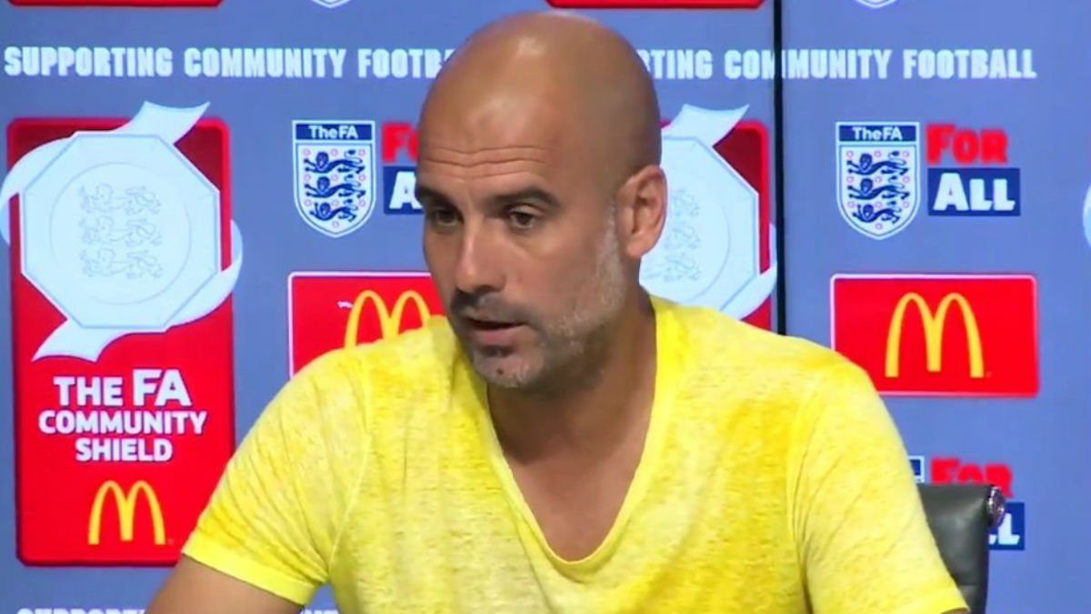 Pep Guardiola se quita el lazo, pero ahora luce una camiseta amarilla.