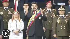 Evacúan de urgencia a Maduro cuando presidía un desfile militar en Caracas.