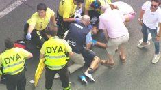 Mikel Landa, atendido tras su caída en la Clásica de San Sebastián.