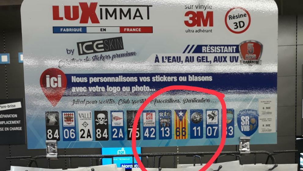 Banderines con la estelada en el expositor de una tienda Norauto en Francia.