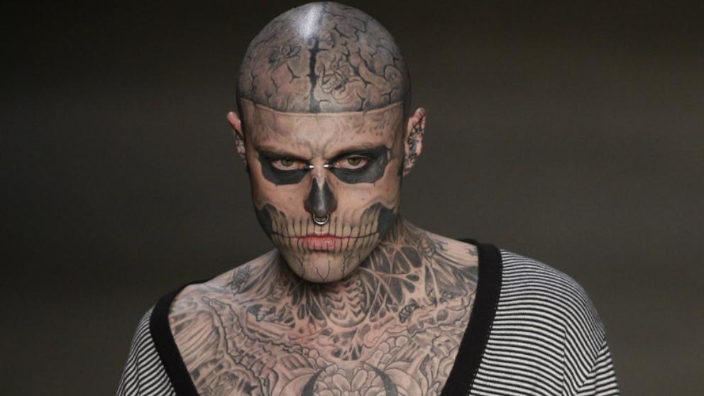 el modelo Zombie Boy famoso por su cuerpo tatuado de arriba a abajo.