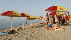 Sombrillas y toallas con los colores de España en una playa de Arenys de Mar (Barcelona). Foto: EFE