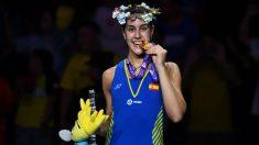 Carolina Marín posa con su medalla de oro. (AFP)