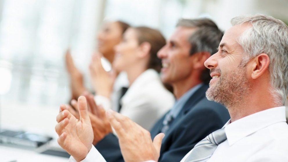Una empresa saludable es aquella que dota a sus trabajadores de recursos para fomentar los hábitos saludables para aumentar la motivación y el compromiso.