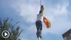 Raúl Maciá y otro activista retiran esteladas y cruces amarillas.