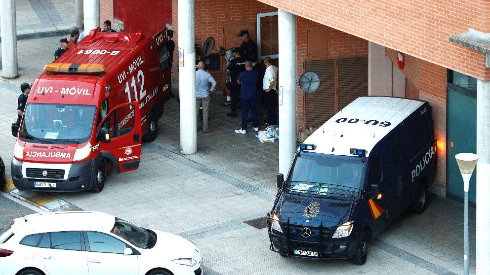 Un policía lleva detenido al hombre que se entregó tras matar a su suegro (Foto: EFE).