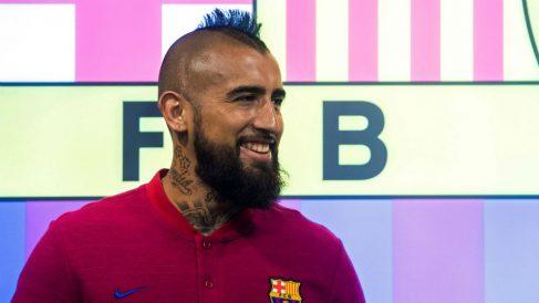 Arturo Vidal posa para sus primeras fotografías como jugador del Barcelona. (EFE)