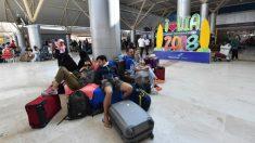 Un grupo de turistas esperan en el aeropuerto de Praya Lambok a poder salir de Indonesia tras el terremoto. Foto: AFP