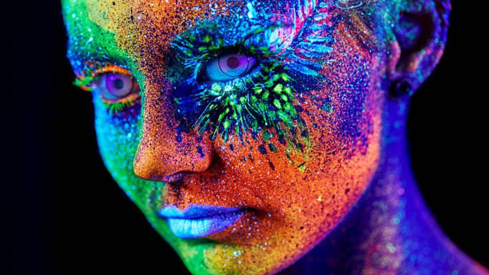 C mo hacer pintura fluorescente casera for Pintura ligera de color topo