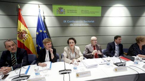La ministra Magdalena Valerio, junto a la secretaria de Estado de Migraciones, Consuelo Rumí y el subsecretario de Trabajo, Raúl Riesco, durante cumbre por la crisis de inmigración en la sede del Ministerio. (EFE)
