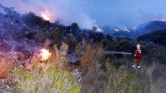 Bomberos de la UME atacan el incendio declarado en Llutxent (Valencia). (Foto: UME)