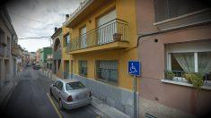 Fachada del número 92 de la calle Federico García Lorca de Sant Pere de Ribes (Barcelona), donde se produjo el suceso.