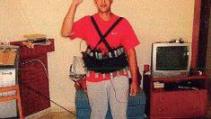 Younes Abouyaaqoub con un cinturón de explosivos cargados con 'la Madre de Satán'.
