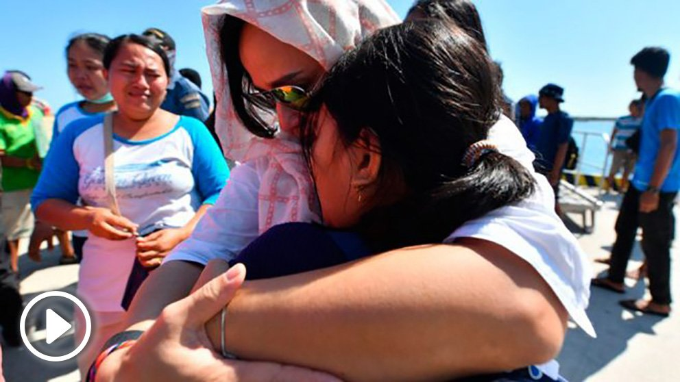 Dos turistas se abrazan durante la evacuación de los turistas que estaban en la isla de Lombok durante el terremoto. Foto: AFP