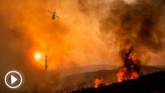 Un helicóptero trabaja en las labores de extinción del incendio declarado en Mendocino, California. Foto: AFP