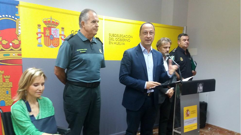 El delegado de lGobierno en Andalucía, Alfonso Rodríguez Gómez de Celis, tras la reunión para analizar los incendios en Huelva. (EP)
