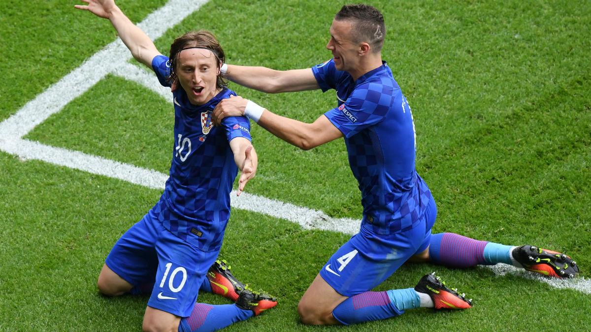 Luka Modric e Ivan Perisic celebran un gol con la selección croata. (Getty)