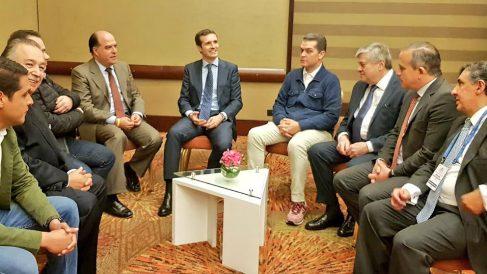 Pablo Casado, junto a representantes de la oposición venezolana como Julio Borges, Leopoldo López Gil, y el 'popular' José ramón García-Hernández. (TW)