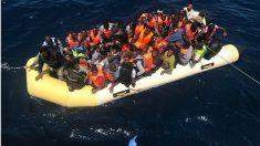 Un tripulante de un barco de Salvamento Marítimo señala la patera neumática a cuyo rescate proceden. (Foto: SM)