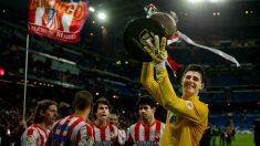 Courtois levanta la Copa del Rey. (Getty)