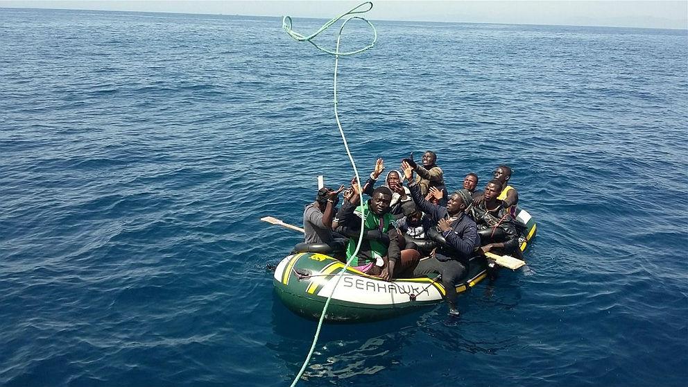 Varios inmigrantes reciben la ayuda de un buque de Salvamento Marítimo. (EP)