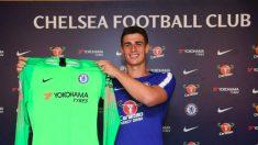 Kepa posa con la camiseta del Chelsea.