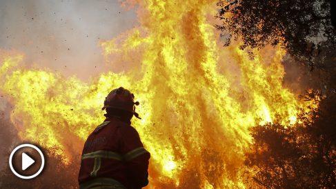 Un bombero trata de atacar las llamas del incendio de Monchique, en el Algarve (Portugal). (Foto: AFP)