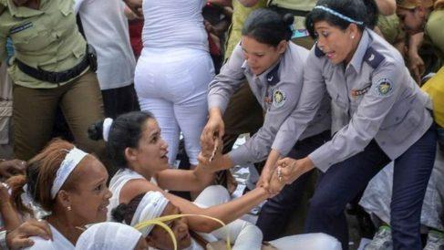 Policías de la dictadura castrista arrestan a varias Damas de Blanco en La Habana (Cuba).