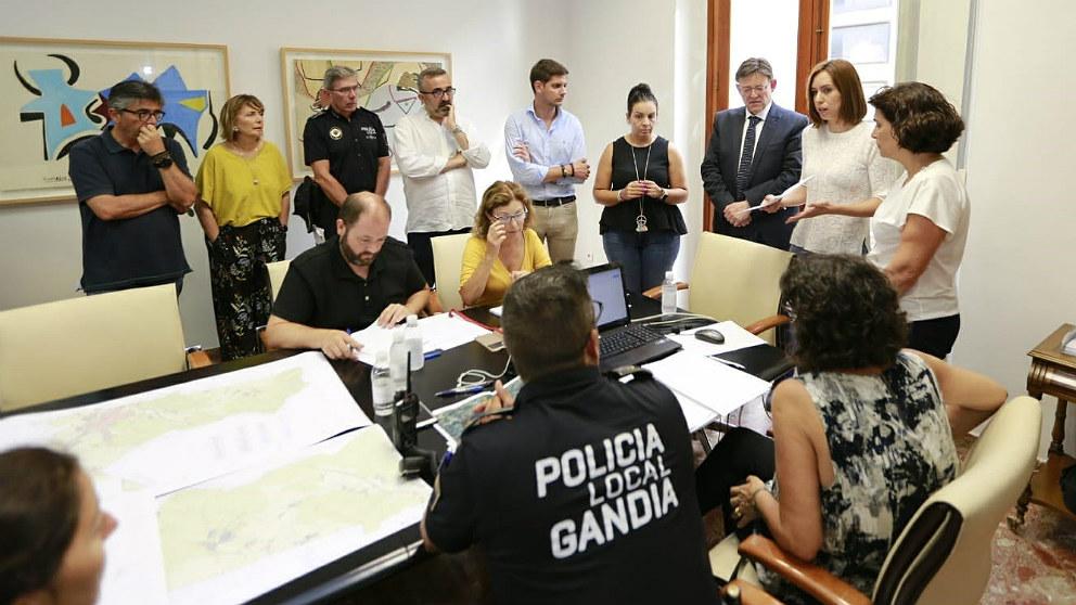 Ximo Puig, presidente de la Generalitat valenciana, y Diana Morant, alcaldesa de Gandía, reunidos para coordinar acciones contra el incendio de Llutxent. (EP)
