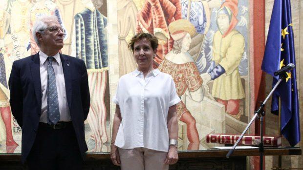 El ministro Josep Borrell y la nueva directora de la Aecid, Aina Calvo, en su toma de posesión. (Foto: EP)