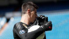 Courtois se besa el escudo del Real Madrid en su presentación. (EFE)